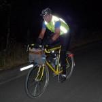 Так велосипедист виглядатиме на дорозі у темряві у світлі автофар і має більше шансів вижити