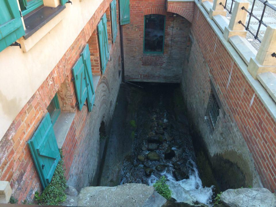 річка внизу